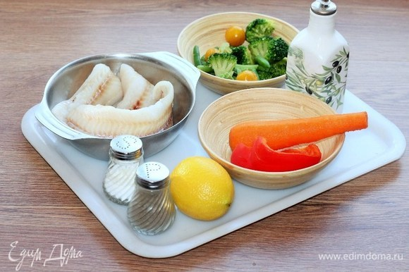 Продукты для приготовления. Овощная смесь: 1 морковь, перец сладкий, фасоль стручковая, капуста брокколи.