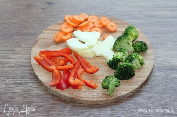 Овощи и кислое яблоко очищаем от шкурки и нарезаем.