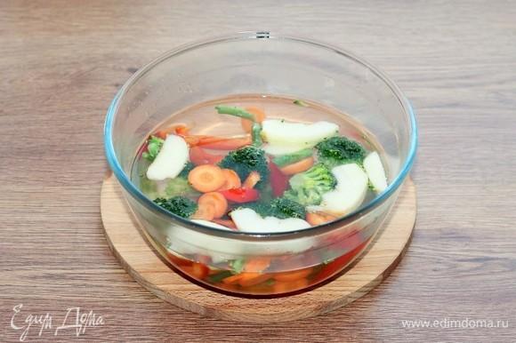 Доводим воду в СВЧ-печи до кипения (режим «Микроволны») и бланшируем нарезанные овощи.