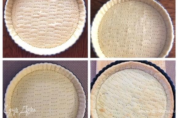 Потом очень часто накалываем дно и бортики вилкой. Затягиваем форму пленкой и отправляем в морозилку минимум на 2 часа. Вынимаем заготовку из морозилки, накрываем пекарской бумагой и выкладываем сверху груз (фасоль, горох, рис...) и выпекаем при 180°C до полуготовности (как края начали зарумяниваться). Снимаем груз и отправляем еще на 15 минут в духовку. Основа должна быть почти пропеченной (следим обязательно за своей духовкой — у всех они разные).
