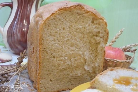 Вот какой он в разрезе. Корочка смялась, когда отрезали кусочек, потому что хлеб ну очень мягкий!