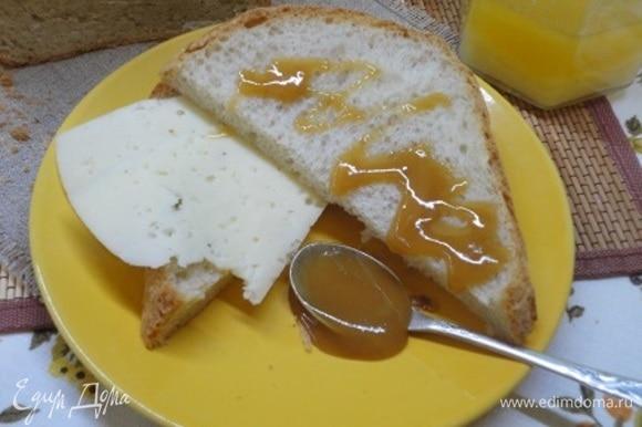 Наполняем большой бокал чаем и подаем этот прекрасный хлеб с любимой намазкой. Завтрак удался!