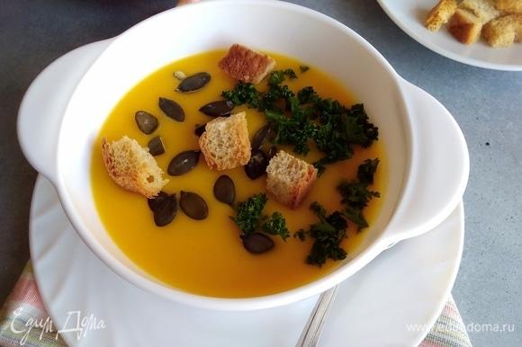 Добавки для супа у меня такие: тыквенные семечки, зелень, тертый сыр. И обязательно домашние сухарики!