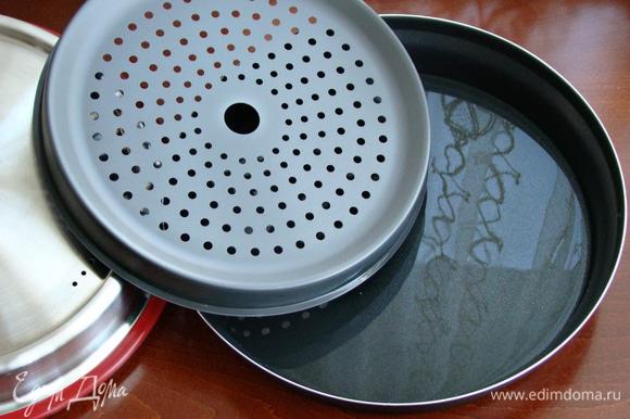 В емкость Steam Plus Pot влить 300 мл воды, установить подставку для варки на пару.