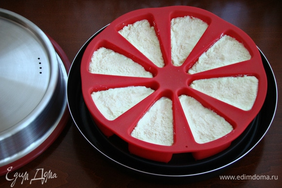 Творожное тесто выложить в форму для выпечки и установить на подставку.