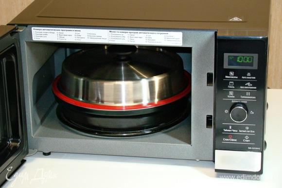 Накрыть крышкой и поместить в СВЧ-печь. Установить режим «Микроволны» и время — 30 минут, нажать «Старт». После выпечки оставить запеканку в микроволновке на 5 минут.