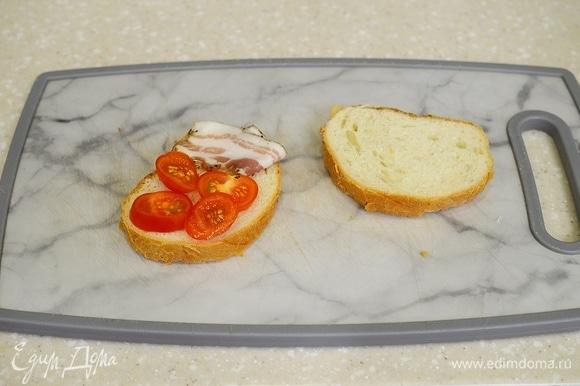 Положите рядом с помидорками кусочек бекона. Или колбаски, ветчинки.