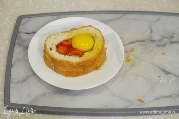 Аккуратно вбейте в отверстие яйцо.