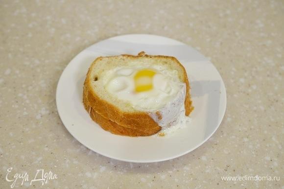 Понадобится 3–5 минут в зависимости от желаемой плотности яйца.