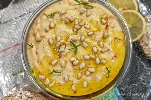 Выкладываем в миску. Сверху выливаем 1 ст. л. оливкового масла и украшаем орешками и зеленью (по желанию).