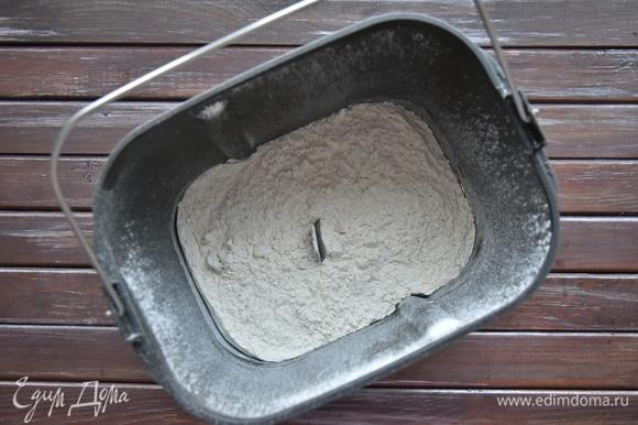 Согласно инструкции засыпать сначала сыпучие ингредиенты (муку, соль, сахар).