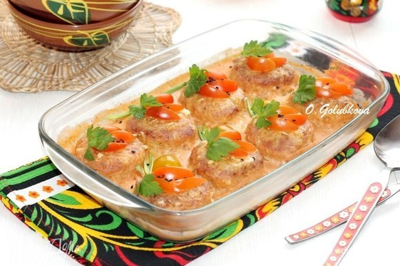 Рыбные котлеты, запеченные в соусе, получаются очень вкусными и сочными! Приятного аппетита!