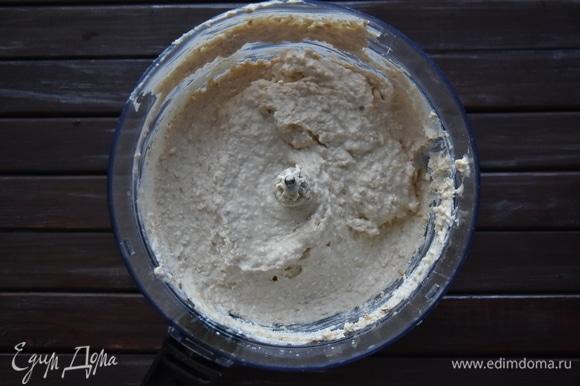 Соединить все ингредиенты и замесить тесто. По желанию зерненый творог можно предварительно протереть через сито или измельчить блендером. Дать тесту немного настояться, чтобы отруби впитали в себя влагу, разбухли, и тесто стало более густым.