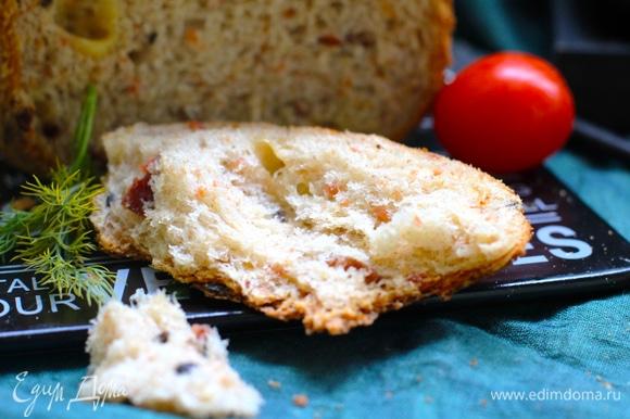 Хлеб получается влажным, поэтому корочка мягкая и не куполообразная. Советую добавки брать острые — так вкуснее.