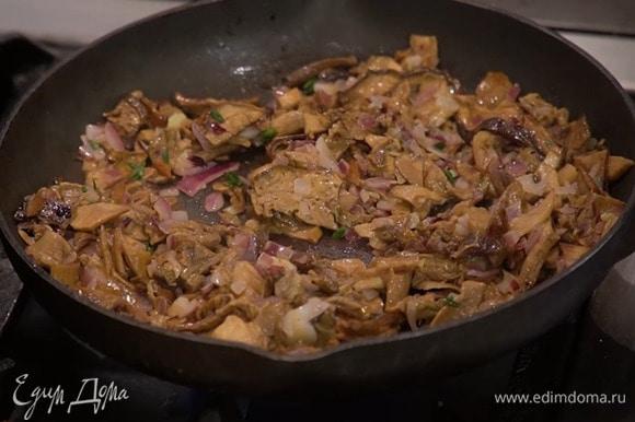Разогреть в сковороде 1‒2 ст. ложки сливочного масла и обжарить лук с чесноком, затем добавить грибы, листья тимьяна, все слегка посолить, пожарить до готовности и немного остудить.