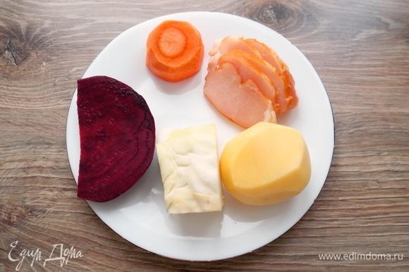 Подготовим все необходимые ингредиенты для приготовления нашего супа. В такой суп можно добавить сельдерей черешковый, помидор или болгарский перец. Но нужно будет уменьшить другие продукты, кроме свеклы. Вместо воды можно использовать мясной или овощной бульон.