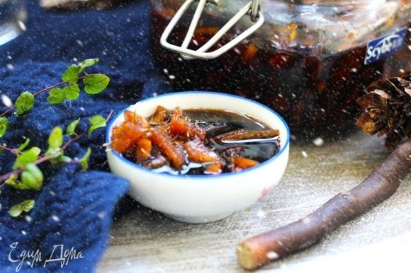 Для приготовления кексов и пирогов имбирь достать из сиропа и нарезать мелкими кусочками. Для маринадов и для приготовления острых соусов такой имбирь можно пропускать через пресс для чеснока.