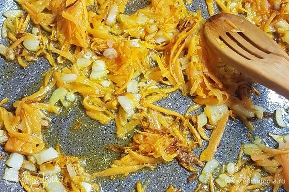 Лук мелко нарезать, морковь натереть на крупной терке. Обжарить до золотистого цвета.