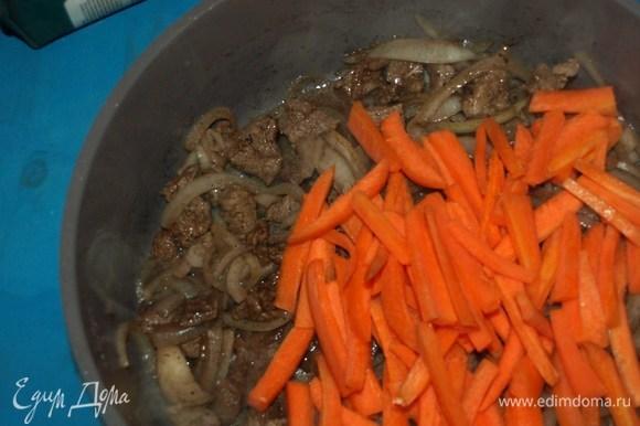 Когда лук начнет источать аппетитный аромат, добавляем морковь. Обжариваем до мягкости моркови.
