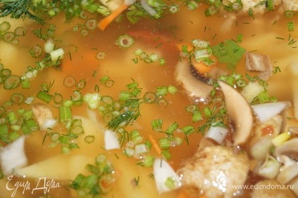 Все овощи, грибы, колбасу нарежьте соломкой и уложите на дно чаши мультиварки. Первыми положите крылышки, остальное разложите равномерно, посолите, поперчите, залейте водой по разрешенную отметку, лучше чуть ниже.