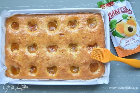 Выпекать пирог в духовке, разогретой до 170°C, 30 минут. Еще горячую выпечку густо смазать абрикосовым джемом «МахеевЪ», положив по половинке ложечки джема в каждую абрикосовую дольку. Нарезать пирог на порции, предварительно полностью остудив его.