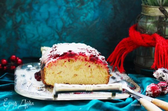 Аккуратно достать пирог из формы и уже после полного остывания посыпать сахарной пудрой. Рецепт замечательный! Пекла несколько раз. Выпечка не приторная, слегка подслащенная, поэтому оптимально посыпать пудрой или полить ванильным соусом.