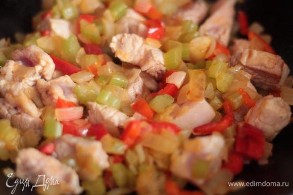 Мясо режем небольшими брусочками и добавляем к овощам. Если вы готовите хариру из баранины или говядины, то предварительно их нужно отварить до полуготовности, если из птицы, то можно нарезать сырую мякоть. Обжарить до подрумянивания мяса.