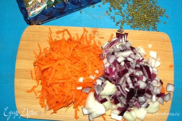 Морковь и лук очистить. Морковь трем на крупной терке, лук шинкуем.