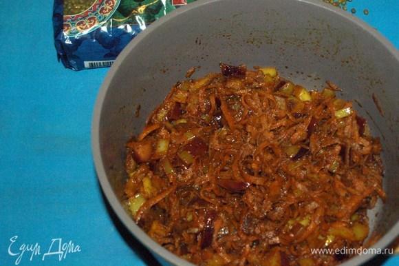 Лук с морковью добавляем в сотейник к пряностям. Обжариваем до мягкости. Не забываем помешивать.