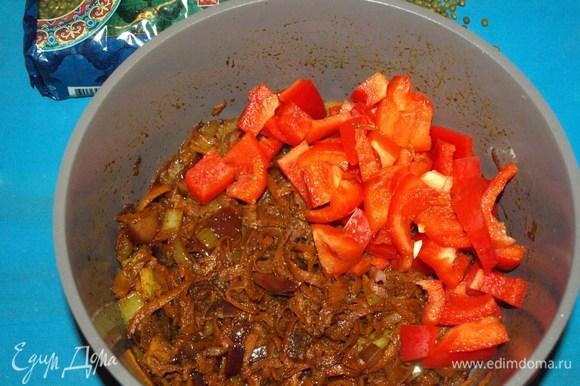 Добавляем красный сладкий перец. Готовим 4–5 минут, помешивая.