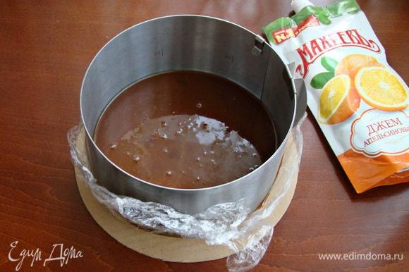 Карамель перелить в форму диаметром 16 см и поставить в холодильник примерно на 30 минут.