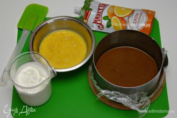 Сливки взбить в пышную массу и аккуратно вмешать в апельсиново-желатиновую смесь.