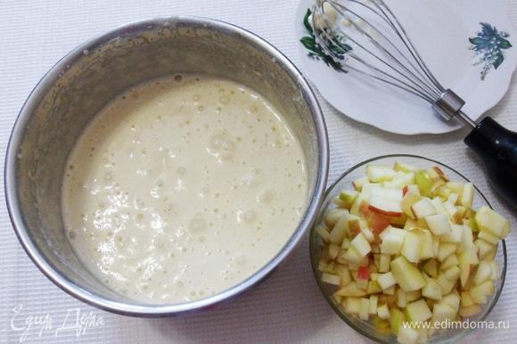 Соединить муку с яичной массой, добавить ванильный сахар, щепотку соли. Перемешать миксером на низких оборотах.