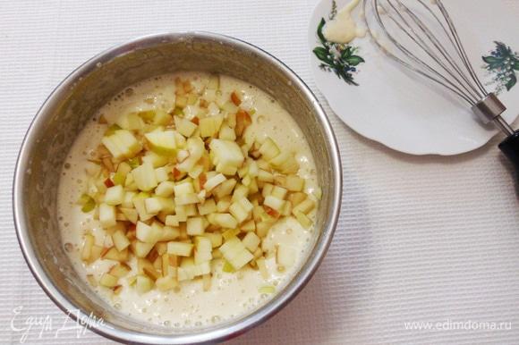 Добавить яблоки, нарезанные мелким кубиком. Яблоки лучше взять кислых сортов. Аккуратно перемешать смесь ложкой для равномерного распределения яблок.