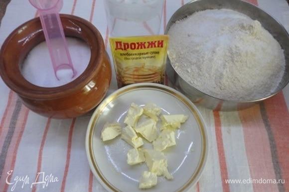 В форму для выпечки высыпаем просеянную муку, соль, сахар, мягкое сливочное масло, 1 яйцо и 1 белок (желток оставляем для смазки булочек), выливаем воду. В диспенсер всыпаем дрожжи. В меню выставляем прграмму. Тамер показывает время приготовления теста — 3 часа 15 минут.