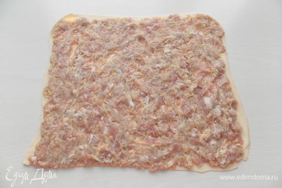 Раскатываем тесто в тонкий пласт и распределяем фарш по всей поверхности теста.