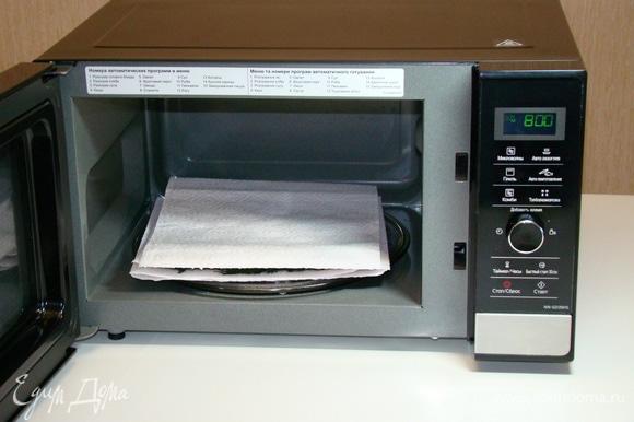 Накрыть двойным бумажным полотенцем и при мощности 800 Вт сушить зелень в течение 5 минут.