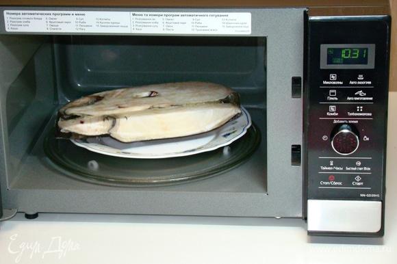Для приготовления рыбных шашлычков я использовала замороженный стейк рыбы. Это явилось прекрасной возможностью протестировать функцию «Турборазморозки» в СВЧ- печи. Для того чтобы разморозить рыбу, необходимо установить ее вес на мониторе, и СВЧ-печь Panasonic NN-GD39HSZPE автоматически установит время разморозки. Этот момент оказался очень удобным.