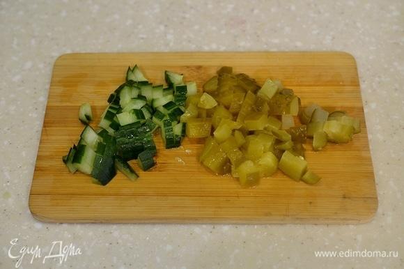 Пока готовятся овощи, нарежьте кубиком огурцы.