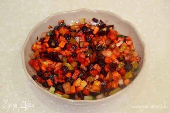 Овощи охладите, добавьте огурцы, посолите и заправьте маслом.