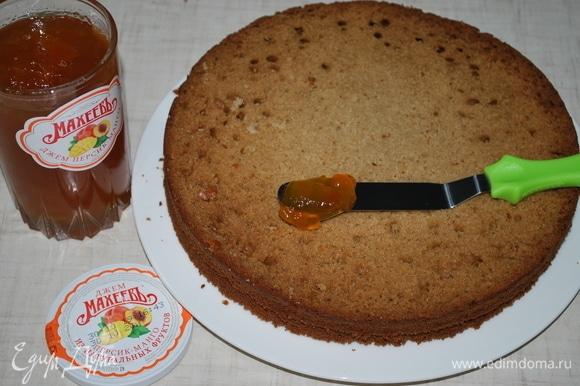 Другой корж смажьте джемом персик+манго ТМ «МахеевЪ» и сверху нанесите крем. Накройте третьим коржом.