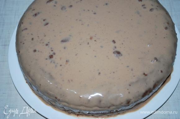Сверху покройте торт оставшимся кремом.
