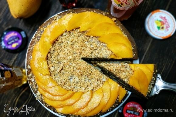 Украсьте торт по своему вкусу, я украсила свежим манго. Приятного аппетита.