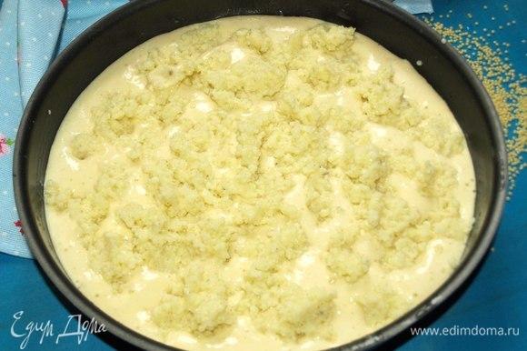 Растопить сливочное масло. Форму для выпечки смазать одной столовой ложкой растопленного масла. Выложить в форму половину теста, сверху выложить пшенную кашу.