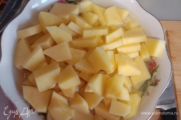 Вначале нарезаем картошку на брускеты, как показано на фото. Далее — важный момент: картошку помещаем в тарелку и заливаем водой минут на 15–20, чтобы вышел лишний крахмал, который мог бы добавить блюду ненужный неприятный привкус. Кстати, лучше использовать молодой картофель, но и другой имеет место быть.