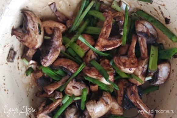 Соединить грибы и лук, добавить бальзамический уксус и оставить мариноваться на 5–10 минут.