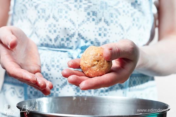 Заранее разогреть духовку до 190°C. Из теста скатать шарики размером с грецкий орех.