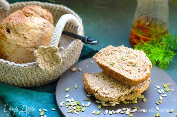 Хлеб получается мелкозернистый и довольно плотный из-за цельнозерновой муки. При частичной замене на муку высшего сорта хлеб будет более высоким.