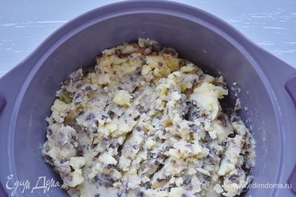 В моем случае — постная начинка для вареников из картофельного пюре с обжаренными на растительном масле луком и грибами.