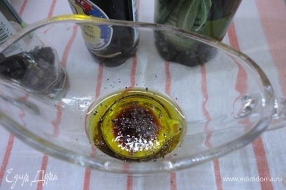Для заправки смешать оливковое масло с лимонным соком, соевым соусом и свежемолотым перцем.
